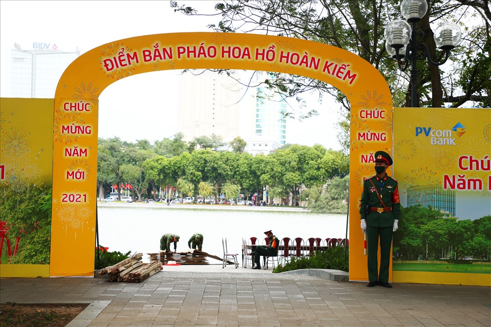 During the 2021 New Year, Hanoi city will hold high altitude fireworks at 3 locations: Hoan Kiem Lake area, Thong Nhat Park and My Dinh Stadium.