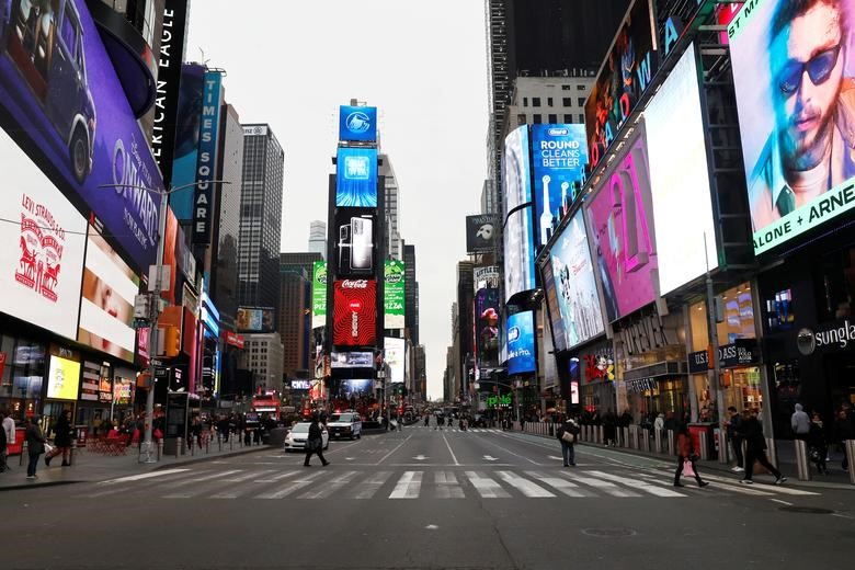 A nearly empty 7th Avenue in Times Square is seen at rush hour after it was announced that Broadway shows will cancel performances due to the coronavirus outbreak in New York, March 12, 2020. REUTERS/Mike Segar