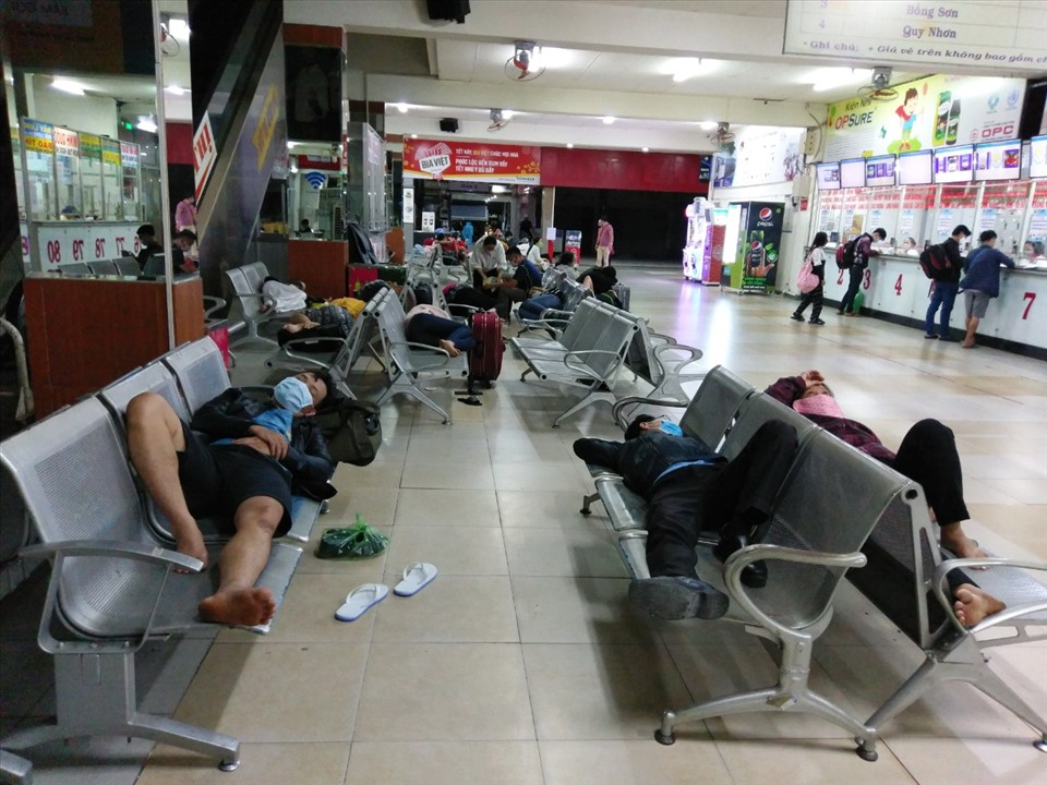 Many people fall asleep at the bus station because of their long distances from the countryside to Ho Chi Minh City.