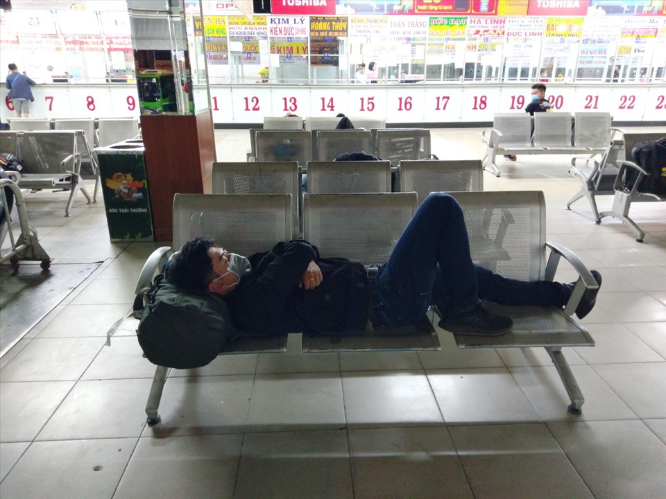 Mr. Nguyen Van Binh sleeps at the bus station and waits until morning to take the bus home.  Photo: Minh Quan
