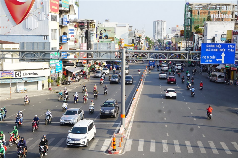 Traffic at Hang Xanh intersection (Binh Thanh district) is clear, traffic density is quite low.