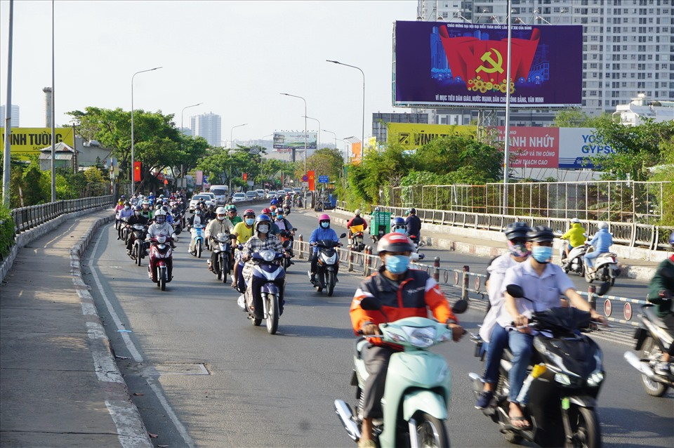 """Kenh Te Bridge (connecting District 7 and District 4) is called """"the longest bridge in Ho Chi Minh City"""" because of serious traffic jams at peak hours on both sides of the bridge, but this morning the bridge looks wide and spacious, cars traffic is easy."""