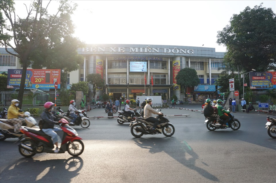 The number of visitors this year returning to Ho Chi Minh City via Mien Dong bus station is much lower than the same period last year.  Because of the COVID-19 epidemic, people hesitate to travel by bus.  In addition, students in Ho Chi Minh City quit school until the end of February, so they have not returned to school.  Photo: Minh Quan