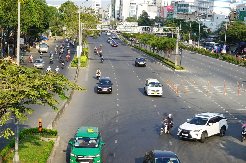 The main roads to the center of Ho Chi Minh City are vast.  Photo: Minh Quan