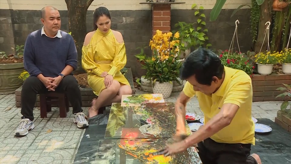 """Actors Ngoc Lan and Quoc Thuan visited the house of painter Doan Viet Tien - a famous painting """"genius"""" with the ability to draw any picture on the tempered glass with just 10 fingers."""
